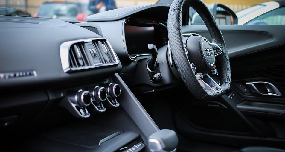 Foto do interior de um carro para post no blog sobre cheiro de carro novo